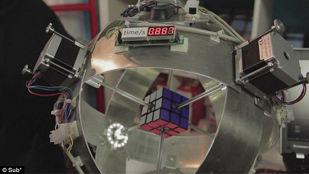 Robot risolve il cubo di Rubik in 0,887 secondi! Video