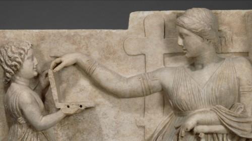 Archeologia: oggetto misterioso in un'antica scultura