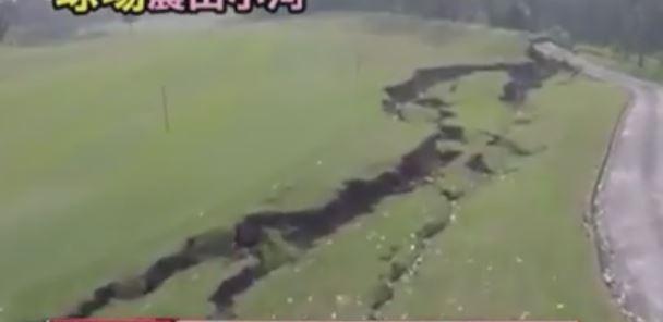 Taiwan, enormi crepe si aprono nel terreno, il video