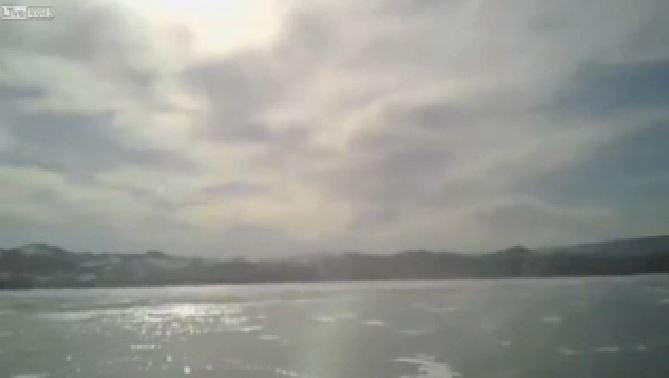 Auto sprofonda nel lago Baikal ghiacciato, figlio salva i genitori