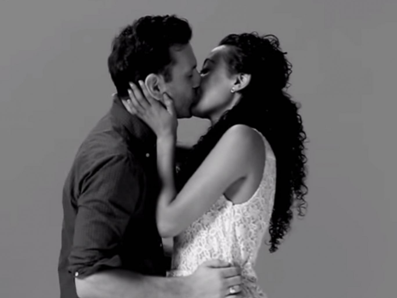 Salute: ecco perché durante un bacio chiudiamo gli occhi