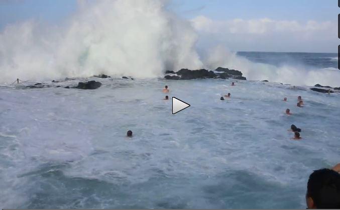 Australia: nuotatori investiti da onde imponenti, il video