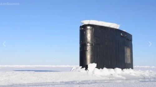 Sottomarino nucleare emerge tra i ghiacci del Circolo Polare Artico