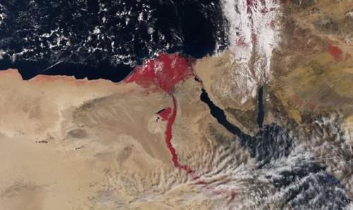 Nilo dallo spazio color rosso sangue, è l'effetto della vegetazione