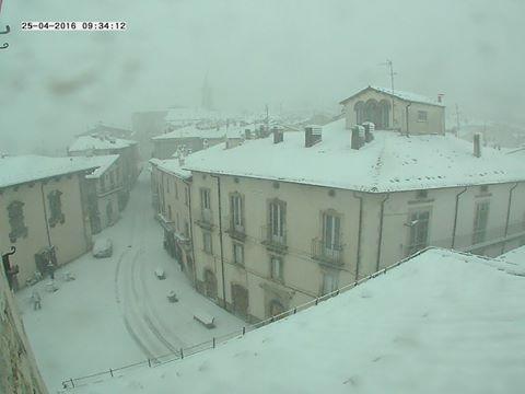 Freddo e maltempo, torna la neve a bassa quota in Appennino