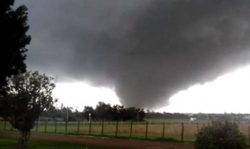 Tornado anomalo in Uruguay, devastata la città di Dolores