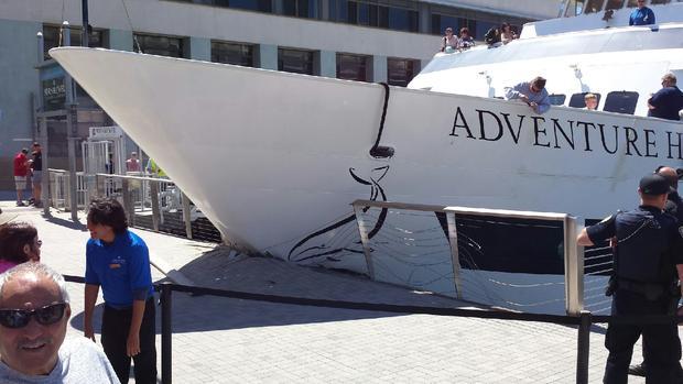 Traghetto si schianta sul molo a San Diego: il video dell'incidente