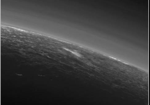 Plutone: il mistero delle piccole nubi in atmosfera