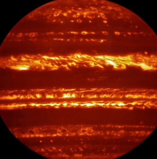 Giove: la turbolenta atmosfera del gigante gassoso in una serie di immagini