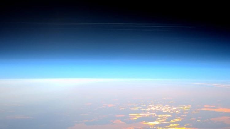 Nubi nottilucenti: la suggestiva immagine dell'ISS