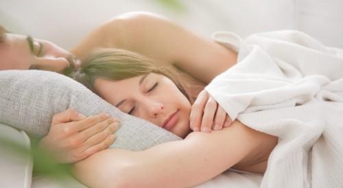 Dormire nudi fa bene al corpo: la spiegazione degli esperti