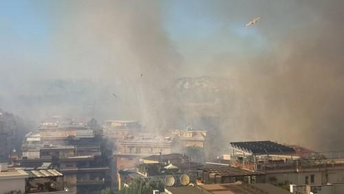 Incendio Roma oggi 23 Agosto, fiamme a ridosso delle abitazioni, sembra una zona di guerra, il video