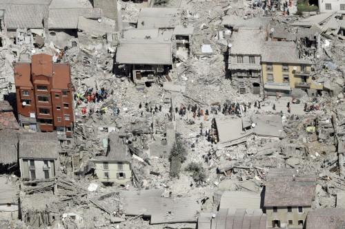 Terremoto: ad Amatrice il mistero del palazzo rosso intatto