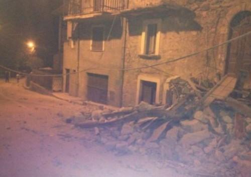 Terremoto Lazio Marche, sindaco di Amatrice in lacrime: fate presto, metà paese non c'è più