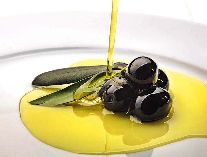 L'olio d'oliva: i benefici e criticità della raccolta anticipata