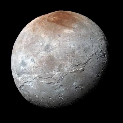 Caronte colorato di rosso da Plutone: la scoperta della NASA