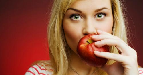 Sesso, le donne preferiscono chi mangia frutta: ecco perché