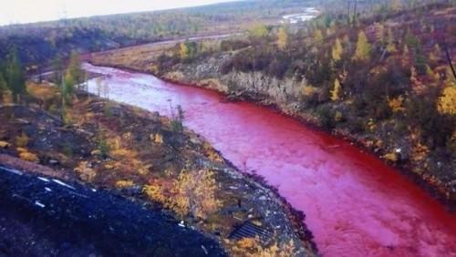 Russia: il fiume si colora di rosso, nessuna spiegazione ufficiale