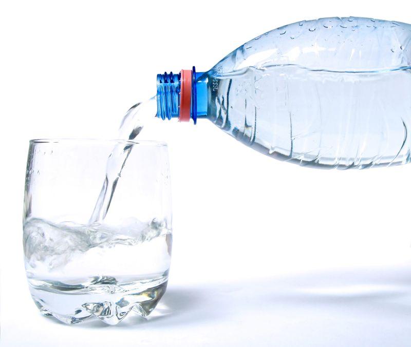 Bere due litri di acqua al giorno fa bene? La risposta degli esperti