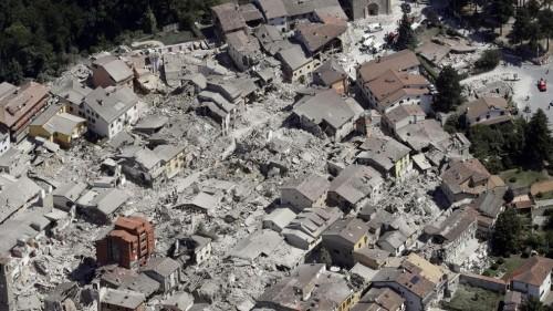 Terremoto Centro Italia: ad Amatrice crolla il palazzo rosso