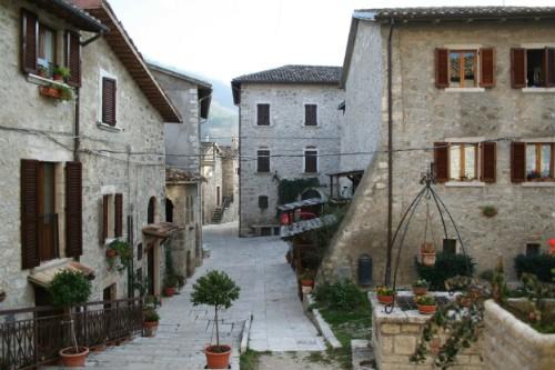 Terremoto: nuova scossa nelle Marche, evacuato Castel Trosino