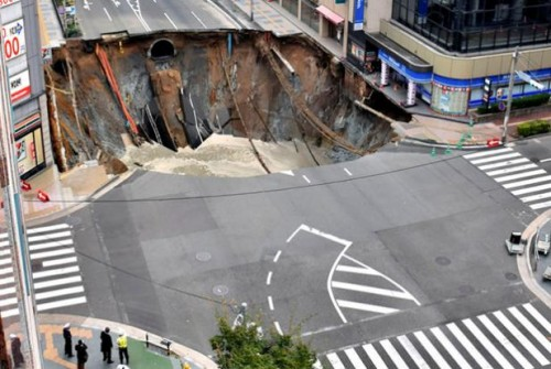 Giappone: gigantesca voragine inghiotte una strada a Fukuoka