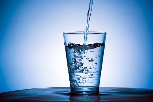 Beve troppa acqua, finisce in ospedale per intossicazione
