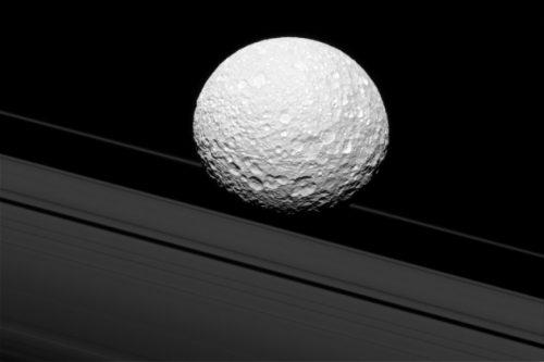 Mimas, la luna di Saturno vista da vicino grazie a Cassini