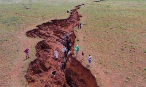 Sudafrica: spaventosa crepa si apre nel terreno, paura tra la popolazione