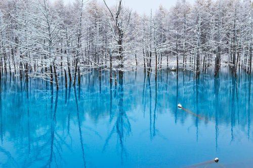 Giappone: il Blue Pond, il lago che cambia continuamente colore