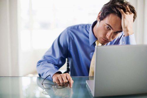Il lavoro sta danneggiando la salute fisica e mentale? Ecco i sintomi