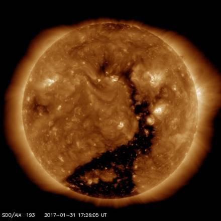Gigantesco buco coronale sul Sole: particelle cariche in arrivo