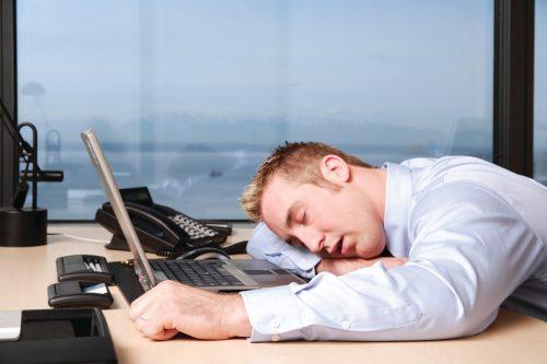 Sonnolenza pomeridiana: come sconfiggere il sonno delle 15:30