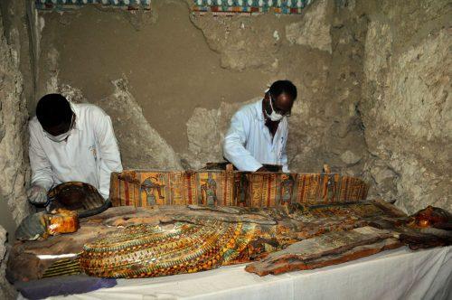 Antico Egitto: mummie e oltre mille reperti in una tomba