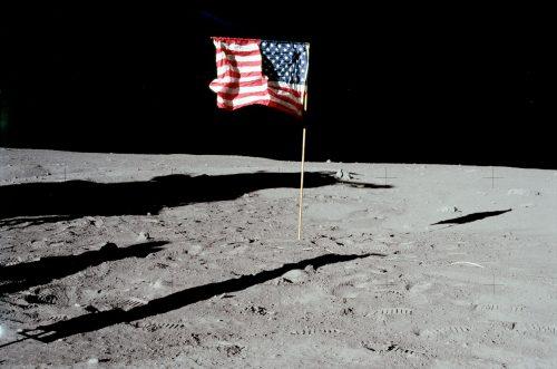 Luna: le bandiere Usa scolorite e disintegrate