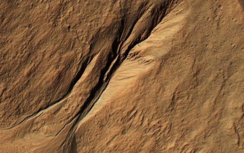 Marte, crateri e solchi ripresi dal Mars Reconnaissance Orbiter