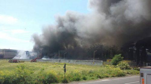 Incendio a Pomezia: brucia deposito di plastiche speciali, disastro ambientale in corso