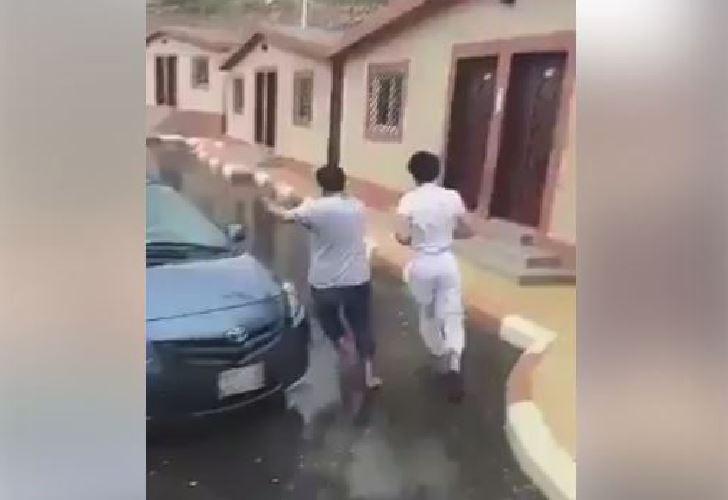 Sfiorati da un fulmine: due persone rischiano di essere colpite in Arabia Saudita