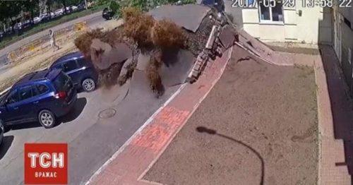 Ucraina: esplode tubatura, enorme bolla sulla strada