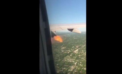 In fiamme il motore di un aereo: passeggero riprende tutto