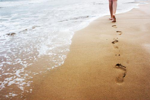 Camminare sulla sabbia: tutti i benefici per il corpo