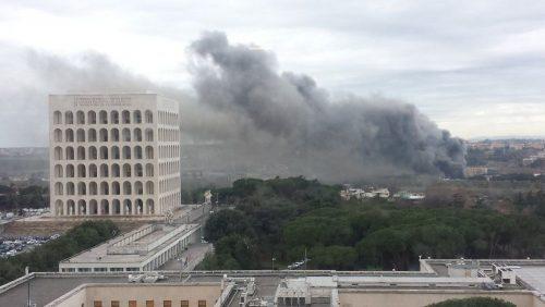 Incendi a Roma, nube tossica sull'Eur: bruciati pneumatici ed amianto