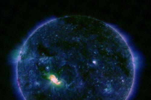 Sole: potente brillamento da macchia solare, black out nel Pacifico