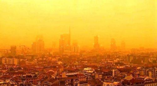 Lo spettacolo del cielo giallo e arancione a Milano, le cause