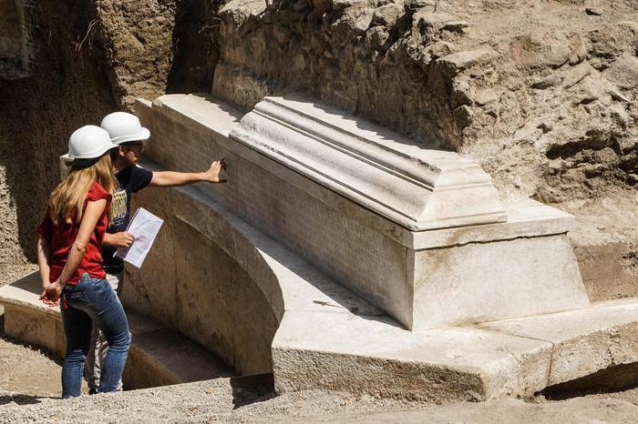 Pompei: portata alla luce la tomba di un impresario