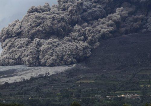 Eruzione del Sinabung: evacuate trentamila persone, il video