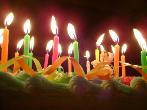 Soffiare sulle candeline della torta aumenta i batteri di quattordici volte