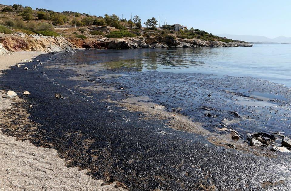Disastro ambientale in Grecia: affonda petroliera, 2570 tonnellate di greggio sulle coste di Salamina