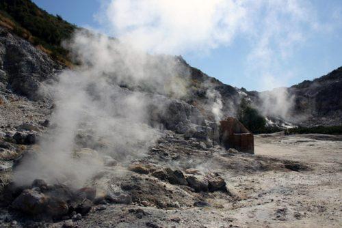 Grave incidente a Pozzuoli: famiglia muore in un cratere della Solfatara