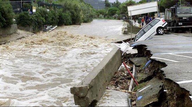 Livorno: rimosse auto finite in mare durante l'alluvione del 10 settembre